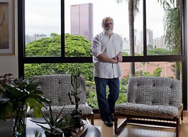 O arquiteto Michel Gorski em seu apartamento em Pinheiros, na zona oeste de SP