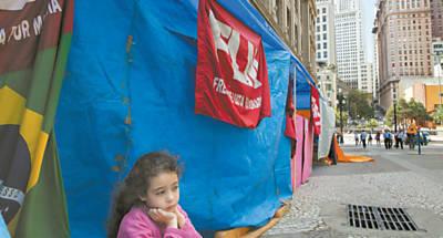 Júlia, 7, em frente às barracas montadas por sem-teto no centro