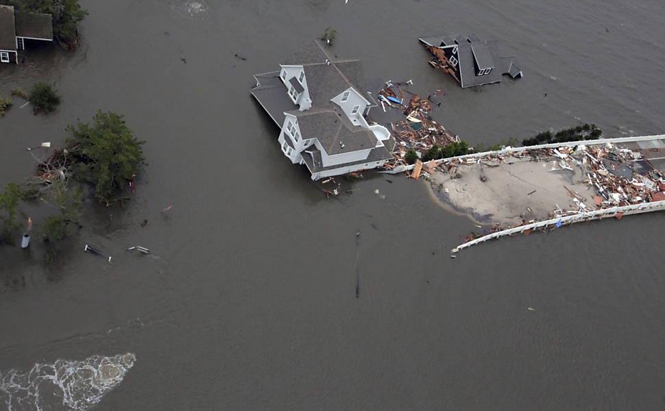 Imagem cedida pela Força Aérea norte-americana, mostra a costa de Nova Jersey atingida pela tempestade Veja mais imagens