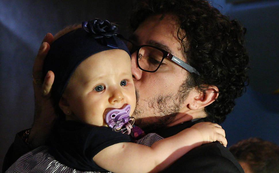 Jean Wyllys, que foi eleito um dos melhores parlamentares de 2012, beija bebê de oito meses na Câmara; ele diz que quer adotar um filho dentro de três anos