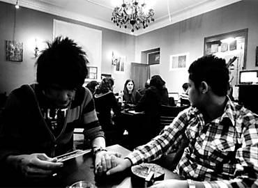 Mahsa (esq.), ao lado de sua parceira, Ahura, em cafeteria de Teerã; os dois querem fazer operação para mudar de sexo