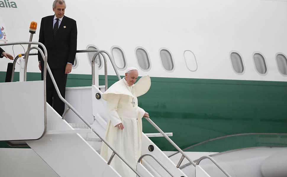 Papa Francisco desembarca no aeroporto do Galeão, no Rio de Janeiro