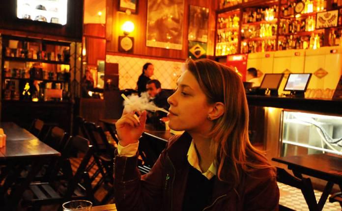 Redatora publicitária Carla Cortegoso, 27, levou seu cigarro eletrônico para uma noitada, a pedido da <b>Folha</b>; na foto, ela o utiliza em bar da Vila Madalena, na zona oeste