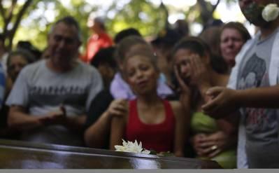 Enterro dos jovens assassinados em Carapicuíba