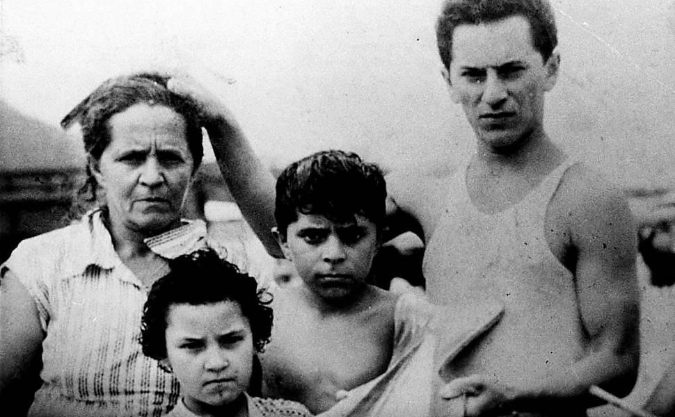 O ex-presidente Lula nasceu em 27 de outubro de 1945, em Garanhuns (PE). Em 1952, mudou-se com a família para o Guarujá (SP) e, três anos depois, para São Paulo. Na foto, aos dez anos de idade, está acompanhado da mãe, Eurídice, e dos irmãos Ruth e José Ferreira da Silva, o Frei Chico