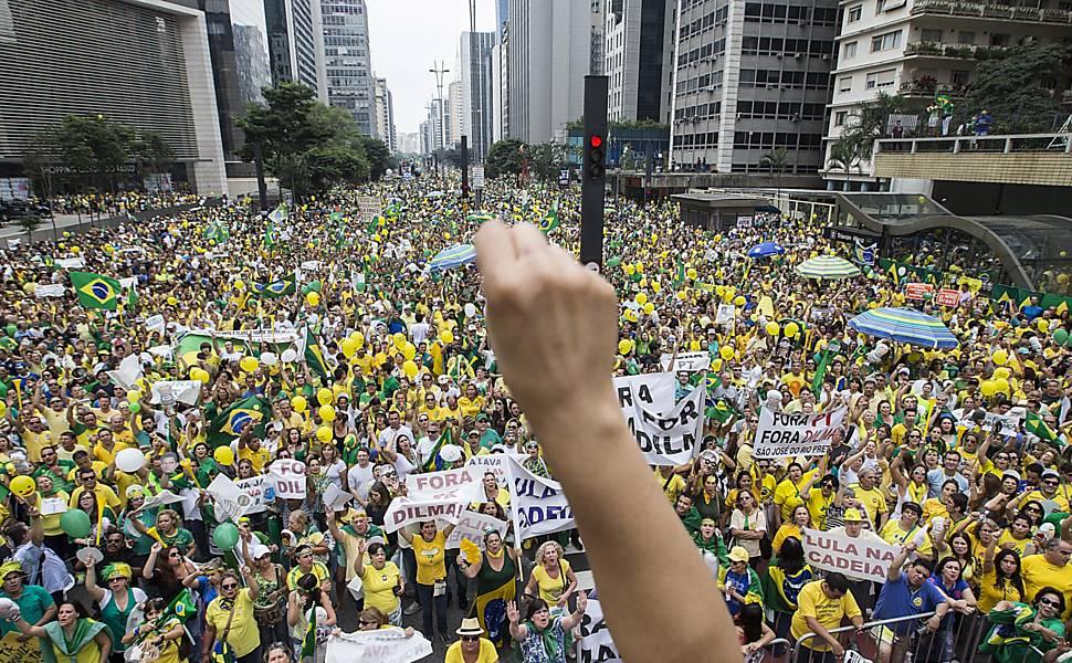 Resultado de imagem para protestos no brasil 2016