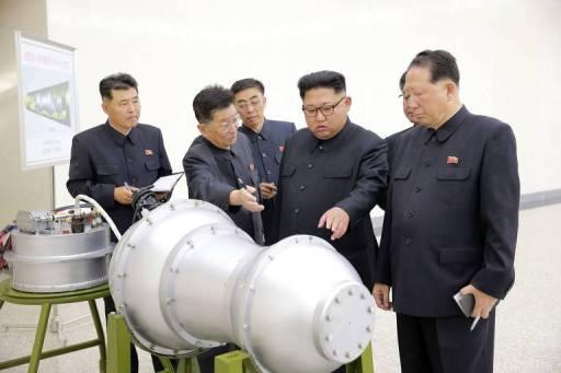 Imagem distribuída pela agência de notícias KCNA mostra Kim Jong-un inspecionando o que seria a bomba de hidrogênio