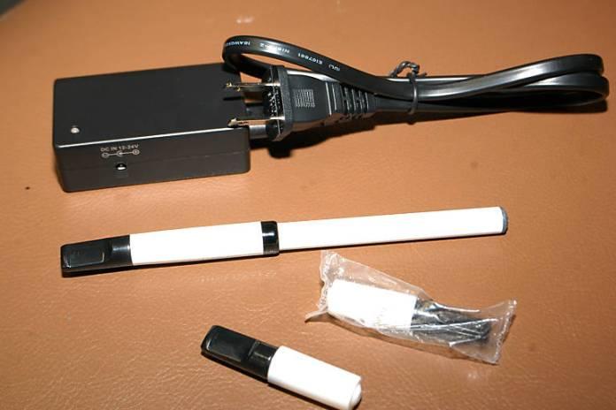 Modelo de cigarro eletrônico; especialistas divergem sobre impacto para a saúde