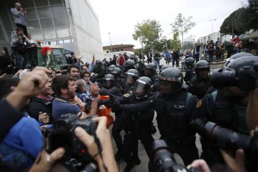 Polícia entra em confronto com grupo que queria votar no plebiscito sobre a independência da Catalunha