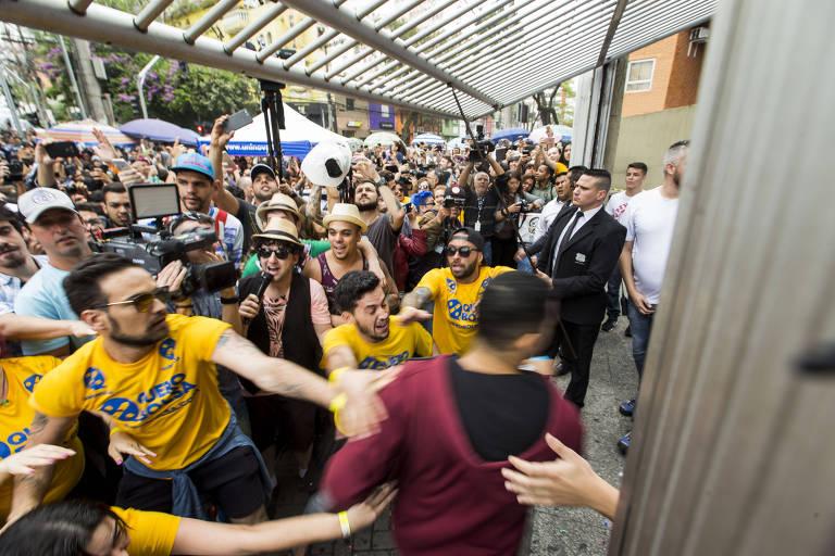Últimos estudantes chegam para o primeiro dia da prova do Enem, na Universidade Uninove, no bairro da Barra Funda