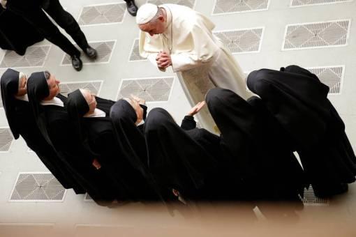 O papa Francisco conversa com freiras durante audiência geral no Vaticano
