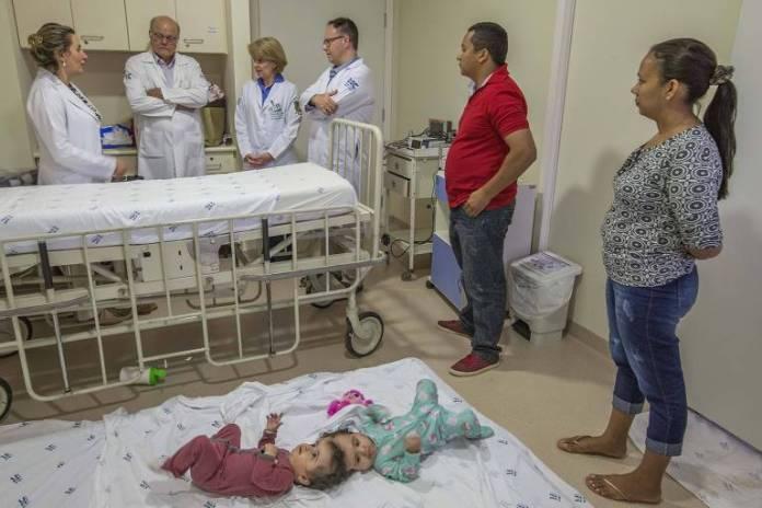 Os pais e as filhas no hospital, com parte da equipe médica que se prepara para uma das mais raras e complexas cirurgias da história do HC Criança, da USP de Ribeirão Preto