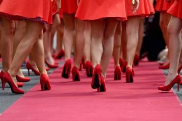 Grid girls húngaras caminham pelo tapete vermelho no Grand Prix da Hungria, no circuito de Hungaroring, perto de Budapeste