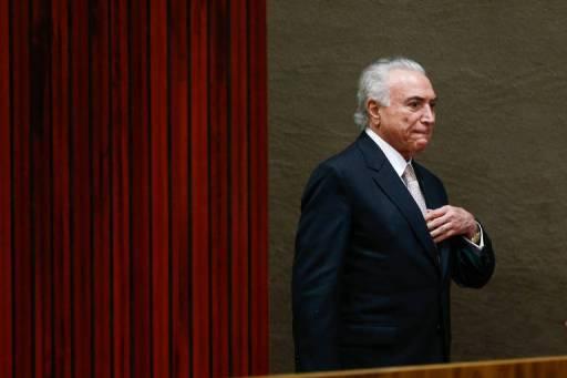 Com a mão no peito, o presidente Temer olha para o público durante cerimônia de posse do novo presidente do TSE, ministro Luiz Fux, no último dia 6