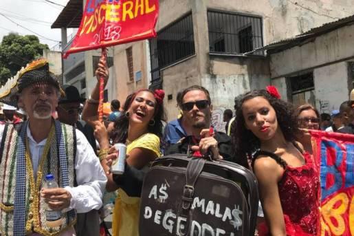 Folião transporta as 'malas de Geddel' durante desfile em Salvador