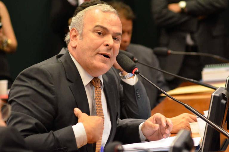 O deputado Júlio Delgado fala ao microfone com uma das mãos próxima ao peito numa sessão do Conselho de Ética da Câmara dos Deputados
