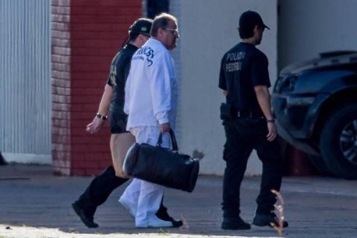 O ex-ministro Geddel Vieira Lima desembarca do avião da PF no hangar da corporação em Brasília. Ele foi preso pela manhã do dia 8 de setembro de 2017