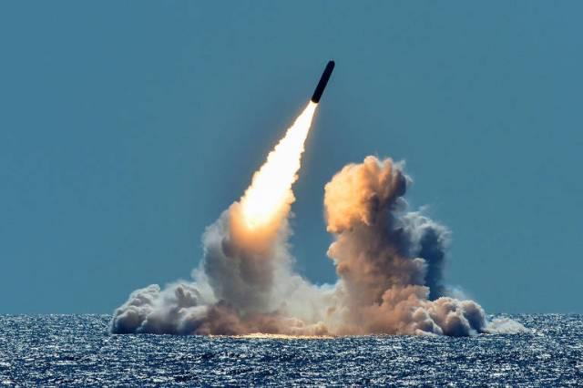 Um míssil Trident é lançado do submarino USS Nebraska em um teste de 2018 na costa da Califórnia