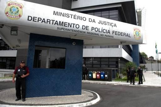 Policiais na porta da Polícia Federal de Curitiba