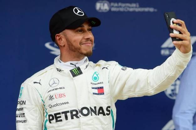 O piloto britânico Lwis Hamilton, da Mercedes, faz uma selfie para comemorara a pole position do Grande Prêmio da Espanha de Fórmula 1