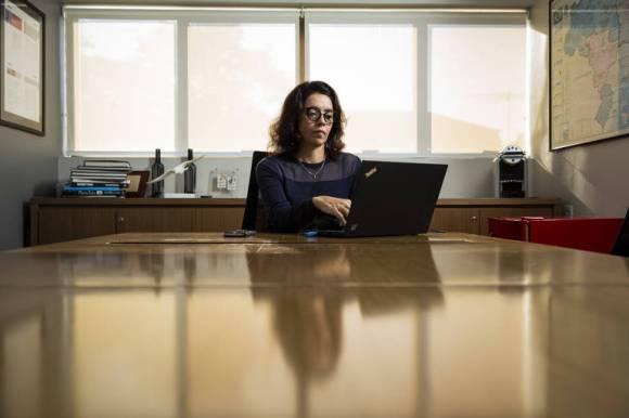 A publicitária Neiva Borges, 43, na sala de reunião da empresa onde trabalha, em São Paulo