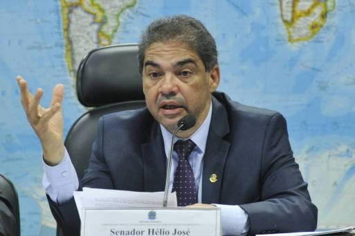O senador Hélio Jose durante audiência pública em Brasília
