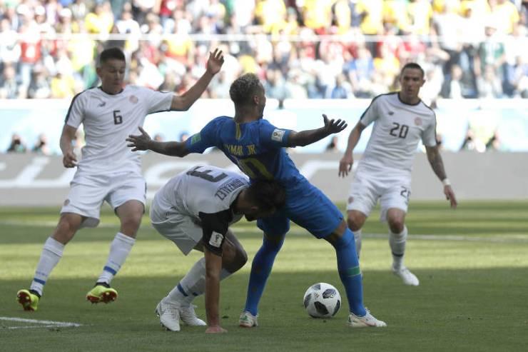 Queda de Neymar, que gerou um pênalti anulado pelo VAR, em partida contra Costa Rica