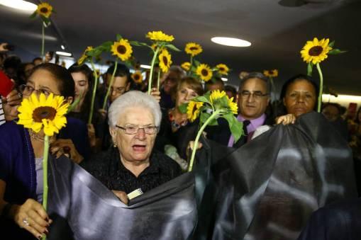 Parlamentares mulheres do PSOL e de partidos de esquerda erguem girassóis em ato na Câmara dos Deputados, em homenagem a vereadora Marielle Franco, do RJ, que foi assassinada em 14 de março de 2018.