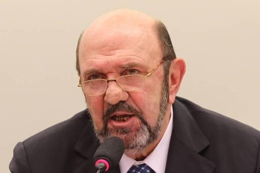 Sentado, O dono da UTC, Ricardo Pessoa, durante depoimento em comissão na Câmara dos Deputados