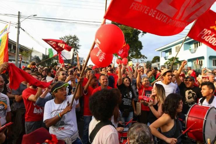 Manifestantes pró-Lula concentram em frente à sede da PF em Curitiba, após a notícia de possível soltura do ex-presidente neste domingo (8)
