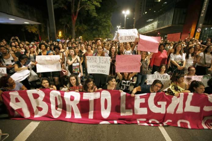 Manifestantes protestam a favor do aborto na avenida Paulista, em SP; em 10 anos, SUS gastou R$ 500 milhões com complicações por aborto