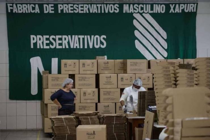 Operários trabalham na fábrica estatal de preservativos Natex, em Xapuri (AC)