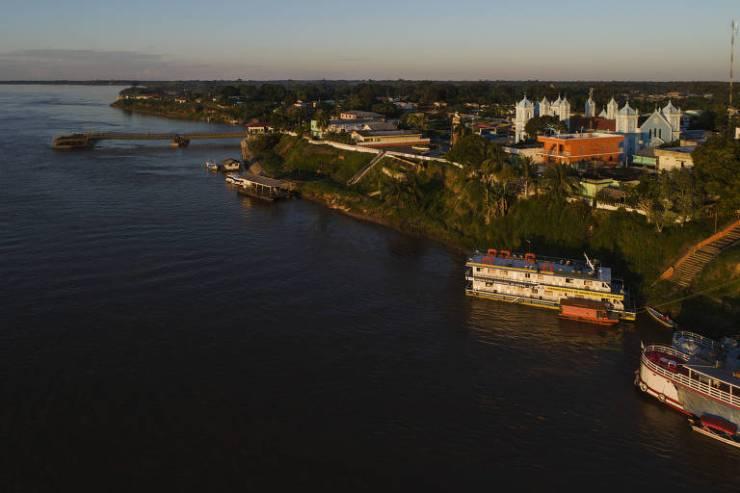 Unidade Básica de Saúde Fluvial atracada no porto em Borba (AM)