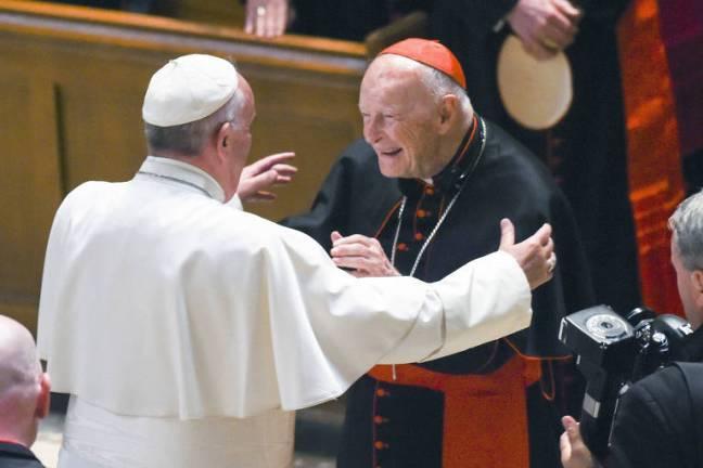 O papa Francisco abraça o cardeal Theodore McCarrick na Catedral de São Mateus Apóstolo, em Washington