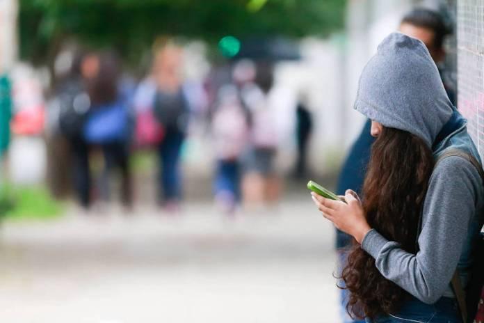 Os pais precisam ter noções básicas sobre informática e conhecer as redes sociais para acompanhar e instruir os filhos. É fundamental alertá-los sobre os riscos da internet e da exposição exagerada de informações pessoais
