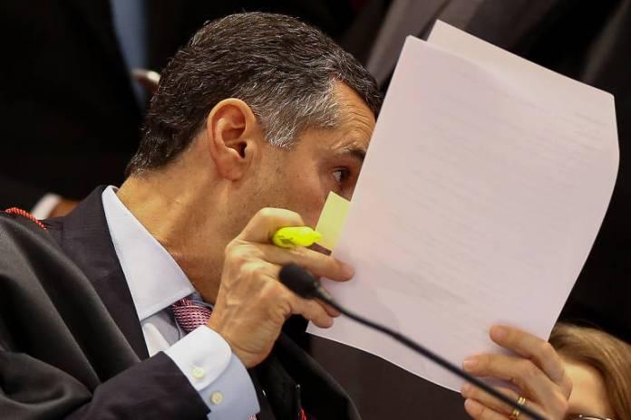 O ministro Luiz Roberto Barroso durante a sessão extraordinária do TSE. Ele foi o relator do pedido da candidatura do ex-presidente Lula e deu parecer contra o registro