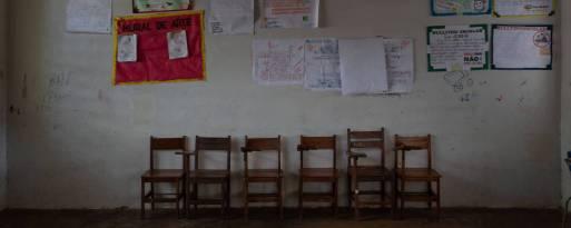 Sala de aula com cadeiras vazias