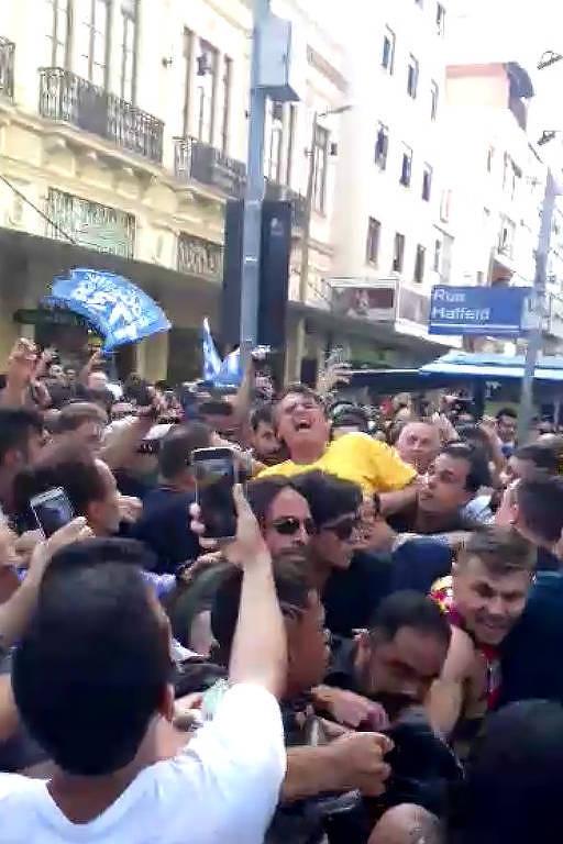 O candidato do PSL à Presidência, Jair Bolsonaro, foi retirado por seguranças do local onde fazia campanha, em Juiz de Fora, após ser esfaqueado