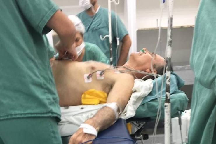 Após sofrer ataque a faca, candidato do PSL à Presidência, Jair Bolsonaro, recebe atendimento em hospital de Juiz de Fora (MG)