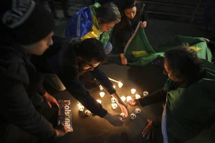 Pessoas acendem velas durante vigília em Juiz de Fora (MG) em apoio ao presidenciável Jair Bolsonaro (PSL), que foi esfaqueado durante ato de campanha na cidade