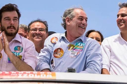 Políticos sobem em carros durante carreatas na campanha eleitoral