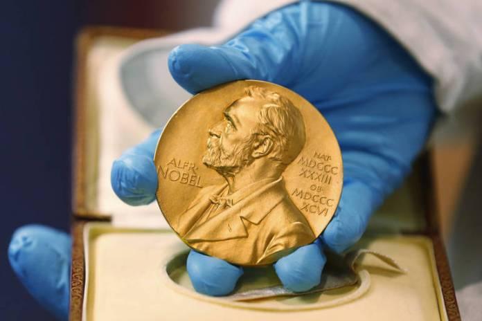 Medalha, com o silhueta de Alfred Nobel, que os laureados ganham