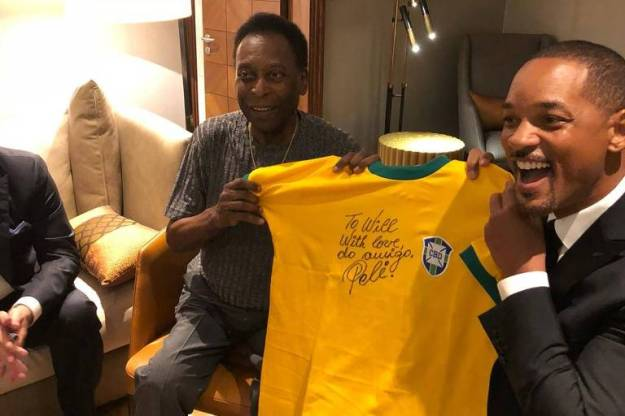 Pelé autografa camisa para Will Smith