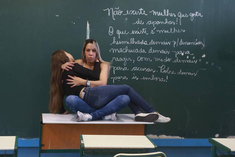 Deise Cristina da Silva e sua filha Leticia posam para foto em uma sala de aula