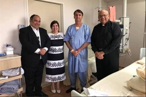 Jair Bolsonaro recebe a visita do Padre Jorjão (à dir.) e padre Omar no hospital