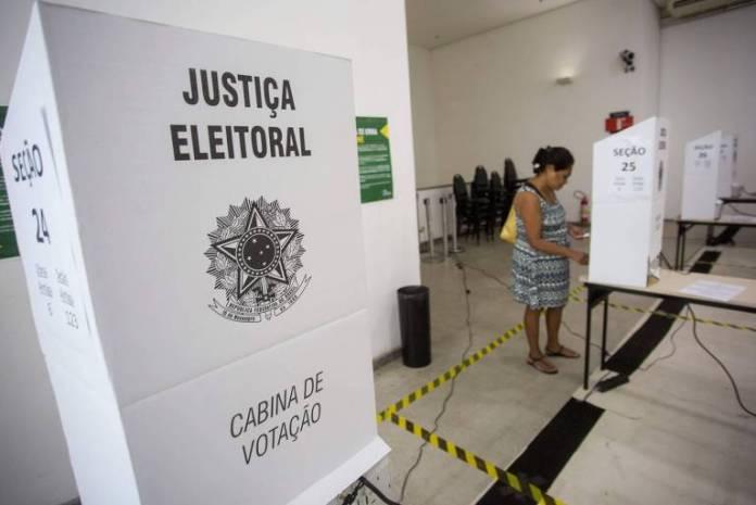 Eleitora vota em colégio do Rio de Janeiro
