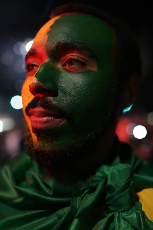Eleitor de Jair Bolsonaro comemora vitória do candidato na Avenida Paulista, em São Paulo
