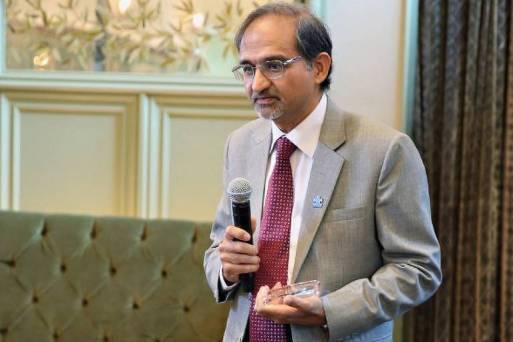 Shekhar Saxena, ex-diretor de saúde mental da OMS (Organização Mundial de Saúde), discursa com microfone na mão