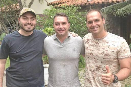 Carlos, Flávio e Eduardo Bolsonaro em foto publicada no Twitter