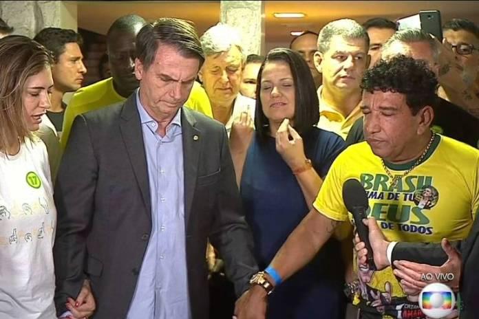 O presidente eleito Jair Bolsonaro realiza oração com o deputado Magno Malta antes de discurso após anunciada vitória nas eleições